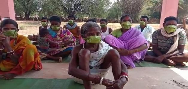 Coronavirus: आदिवासियों ने अपनी सुरक्षा के लिए साल के पत्तों से बनाया देशी मास्क
