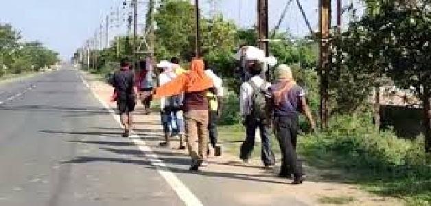 Lock-Down : बनारस में मां की मौत, रायपुर से पैदल निकल पड़ा बेटा