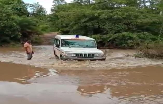 लगातार बारिश से उफान पर नदी-नाले, एंबुलेंस के जरिए गर्भवती महिला को पहुंचाया अस्पताल