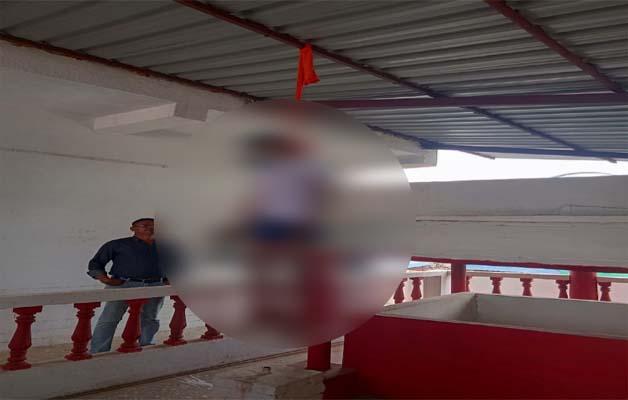 मां काली मंदिर परिसर के अंदर युवक ने लगाई फांसी, मंदिर के बाहर लगी भीड़