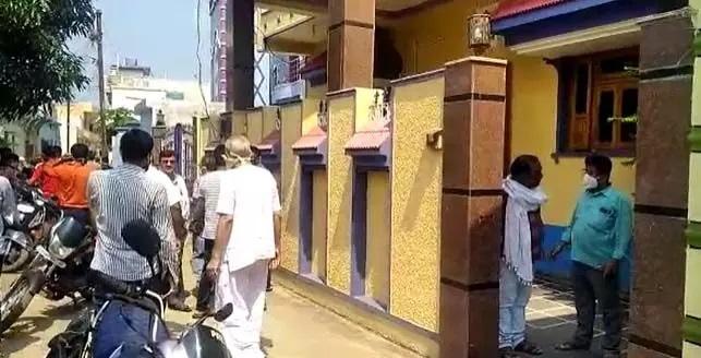 अज्ञात लोगों ने लूटे 10 लाख रुपए, बच्चे के गले में हंसिया टिकाकर दिया घटना को अंजाम