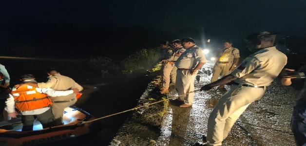 मातम में बदल गई रक्षा बंधन की खुशियां, पानी के तेज बहाव में बहा मारुति वैन में बैठा परिवार