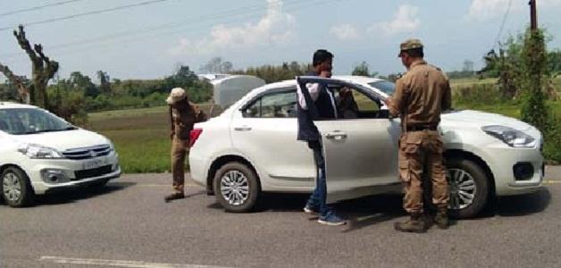 पुलिस की वाहन चेकिंग के दौरान महिंद्रा कार से जिंदा कारतूस और पिस्तौल बरामद, दो आरोपी गिरफ्तार