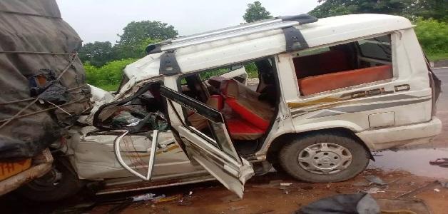 खड़े ट्रक से टकराई तेज रफ्तार सूमो, हादसे में 4 लोगों की मौत, 5 लोग गंभीर रूप से घायल