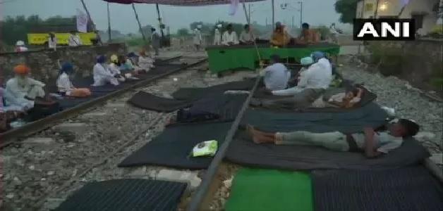 किसान संगठनों ने दो कृषि बिलों के खिलाफ बुलाया भारत बंद, यातायात ठप करने रेलवे लाइनों पर बैठे किसान