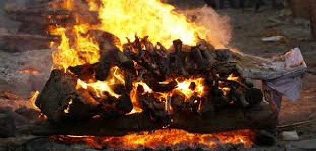 नगर निगम कर्मियों के सामने हुआ प्रोटोकॉल का उल्लंघन, जलती हुई चिता में कूदा परिजन