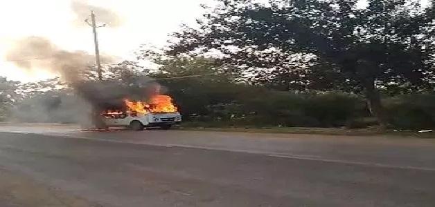 चलती कार में अचानक लगी आग, चंद सेकंड में ही वाहन के चारों तरफ फैली आग