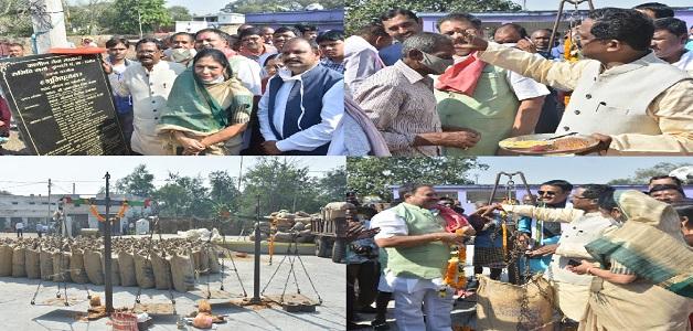 किसानों से समर्थन मूल्य पर धान खरीदी शुरू, खाद्य मंत्री ने कुम्हारी में पूजा-अर्चना कर किया शुभारंभ