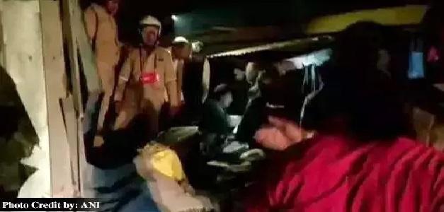 सड़क दुर्घटना में आठ लोगों की मौत, कार पर पलटा रेत से लदा ट्रक