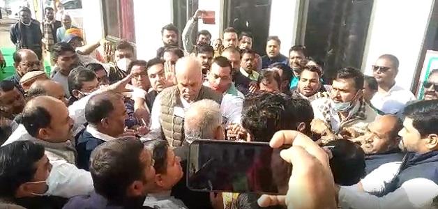 MP : दावेदारी को लेकर कांग्रेस में हंगामा, प्रदेश प्रभारी वासनिक की बैठक में दिखी गुटबाजी