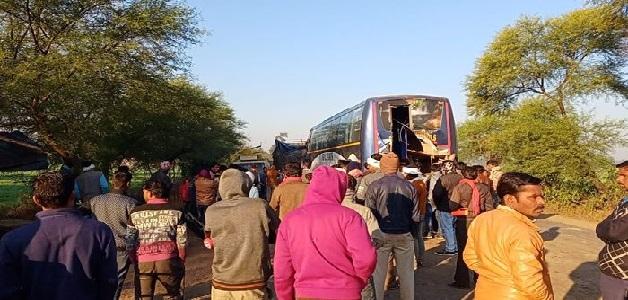 खड़े ट्राला से जा टकराई बस, घटना में तीन यात्रियों की मौत और एक दर्जन से ज्यादा यात्री घायल