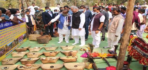 मुख्यमंत्री ने मंगनार गौठान में स्व.सहायता समूहों के कार्यों को देखा, महिलाओं के साथ किया भोजन