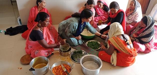 कृषि विज्ञान बेमेतरा में महिलाओं को दिया गया हर्बल गुलाल बनाने का प्रशिक्षण