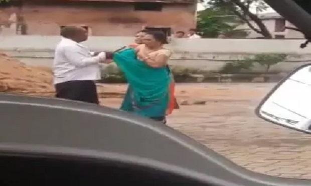 पूर्व मंत्री के करीबी कांग्रेस प्रतिनिधि ने महिला व दो युवतियों को सरेराह पीटा