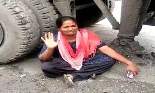 नशेड़ी चालक ने हाईवा घुसा दिया दुकान में, महिला का रो-रोकर बुरा हाल