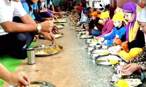 Health Tips : जमीन पर बैठकर खाना खाने से मिलते है गजब के फायदे