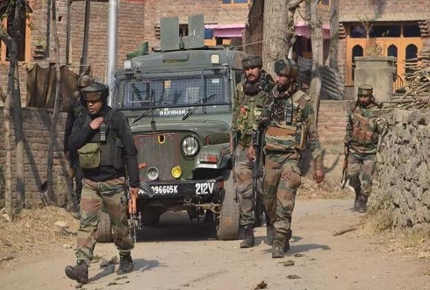 जम्मू-कश्मीर में सुरक्षा बलों और आतंकियों के बीच मुठभेड़, JCO और सेना का एक जवान शहीद