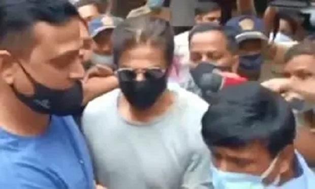 बेटे की गिरफ्तारी के बाद पहली बार सामने आए शाहरुख खान, जेल में आर्यन से मिलने पहुंचे