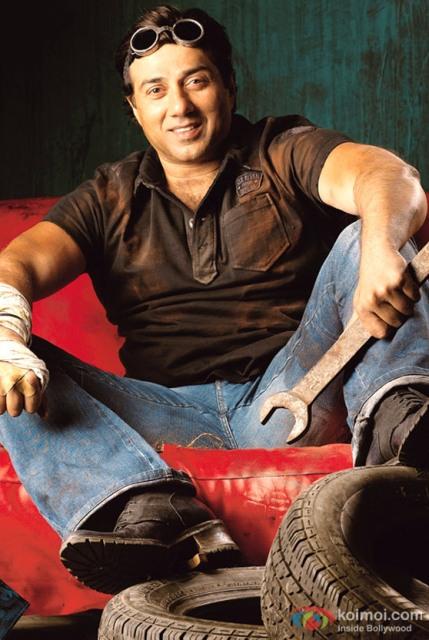 19 अक्टूबर 1956 को जन्मे सनी देओल का वास्तविक नाम अजय सिंह देओल है।