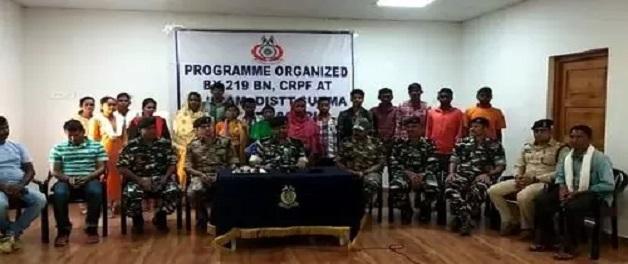 Sukma में नक्सल संगठन जनमिलिशिया के 12 सदस्य ने किया सरेंडर